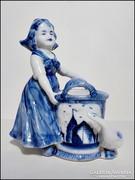 Antik Delft porcelán szobor kendős lány dézsával és libával