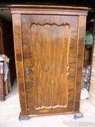 Egy ajtós bieder szekrény szép intarziával
