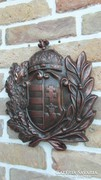 Magyar címer koszorúval fémből