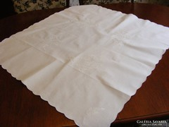 Fehér, hímzett terítő