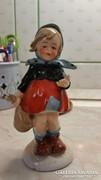Piroska korban lévő kisleányka figura.