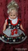 Alpesi ruhát viselő baba