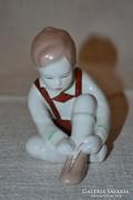 Aquincum cipőt fűző kisfiú 02 ( DBZ0066 )