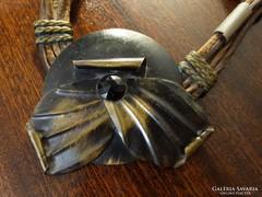 Retro nyaklánc bőr szíjjal és fém iparművészeti medállal