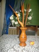 Retro fa váza fa gólyával vagy kócsaggal és gyékénybuzogányokkal