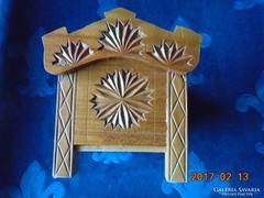 Miniatűr fa kelengye láda, faragott rozettákkal,ékszertartó-16x11x10,5 cm