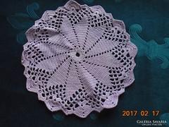Kézzel horgolt lila terítő 19 cm