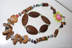 Ásványokból és Szantál fából készült indiános ékszerszett.