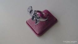 Ezüst gyűrű, dupla, fekete fehér cirkonköves pillangókkal.