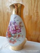Üde virágcsokros gazdagon aranyozott porcelán váza