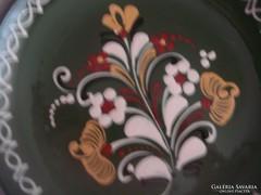 Szép, jelzett népművészeti tányér, kézzel festett Vásárhelyi