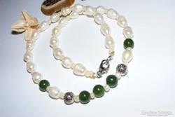 Smaragd és valódi gyöngy. Elegancia és stílus.