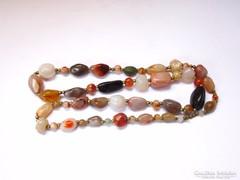 Szépséges nyaklánc különféle ásványokból.