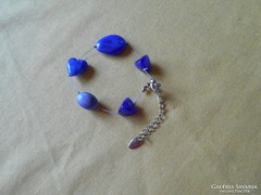 Kék színű, bizsu karkötő