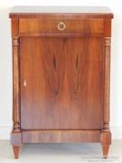 Biedermeier oszlopos szekrényke [L06]