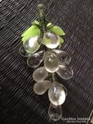 Kristály szölöfürt mart és sima szemekkel üveg levelekkel.