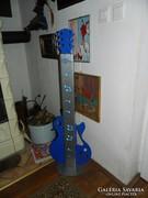 Álló  gitár lámpa -hangszerbolt előtt lehetett