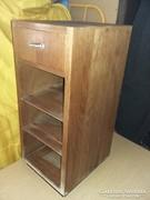 Eladó régi fiókos kis szekrény.