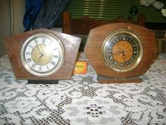 Két darab retro fatokos asztali óra