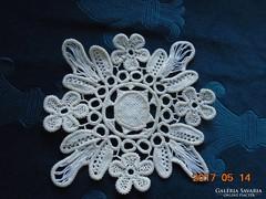 POINT LACE terítő-virág és kör mintával-17 x 17 cm-(14)