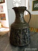 Hatalmas kézzel kalapált jelenetes ezüstözött bronz kiöntő