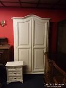 Krém színű ruhás szekrény