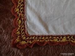 1318. Díszzsebkendő - sárga-bordó csipkés
