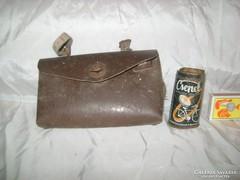 Régi, bőr kerékpár táska és Csepel lemez doboz