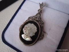 Ezüst hölgyalakos kámea medál, fekete-fehér
