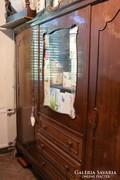 Neobarokk vitrines fiókos szekrény