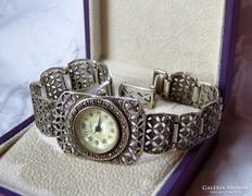 Gyönyörű ezüst ékszeróra rengeteg markazittal