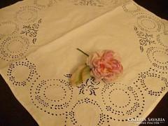Antik kézzel hímzett fehér terítő