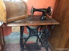 Antik,Singer varrógép, gyönyörű dekorációval