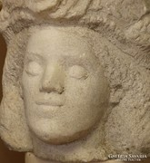 Faragott márvány fej