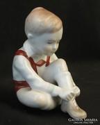 Cipőt fűző kisfiú aquincumi porcelán