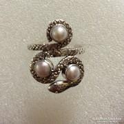 Kígyó alakú gyűrű, gyöngy díszítéssel, ezüst foglalatban