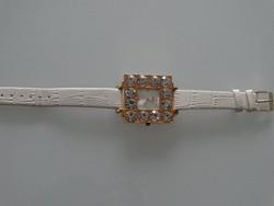 Dolce and Gabbana divatóra hatalmas kristályokkal
