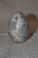 Márványos erezetű kő tojás
