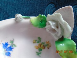 Antik rózsaszínű porcelán dísz, dombor fehér rózsa díszítéssel