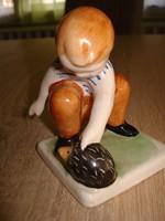 Bájos kerámia figura: Sünit simogató fiúcska