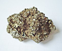 Szürkés ásvány, 6 x 3,5 x 3,5 cm.