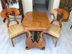 Biedermeier szalon asztal 2db székkel.