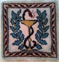 Szép állapotú kis méretű  kézi csomózással készült asztaldísz l vagy fali szőnyeg