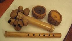 Különleges afrikai hangszerek(csörgős + fúvós)bambuszból,keményfa termésből.+2db.kókuszhéj gyertyat.