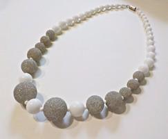Elegáns porcelán és üveg gyöngyös nyaklánc