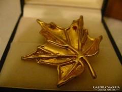 Aranyozott levél alakú bross