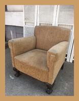 Különleges formájú,oroszlán lábas club jellegű fotel