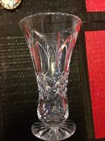 Szép formályú, nehéz, talpas kristály váza 20cm magas.