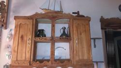 Tömör fából készült felső tálalószekrény polcos