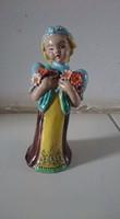 H. Rahmer Mária kerámia, virágot fogó lány